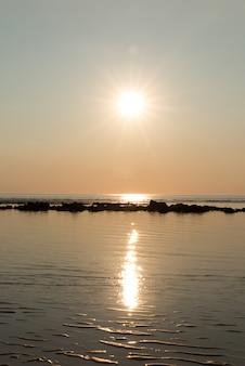 Zee zonsondergang. een verticale panoramische compositie. prachtig landschap