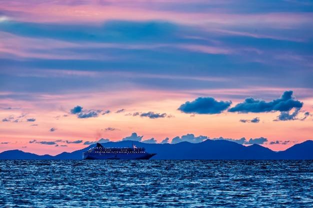 Zee zonsondergang met criuse schip