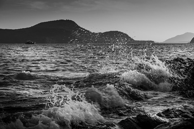 Zee zonsondergang of zonsopgang met water splash, zwart en wit en zwart-wit stijl