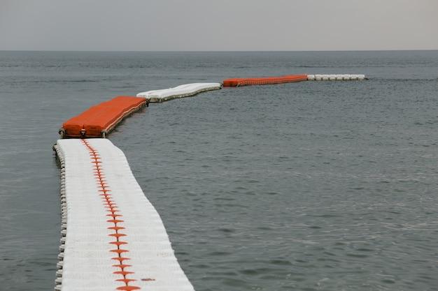 Zeeboeien, veilige zwembadzonescheider. Premium Foto