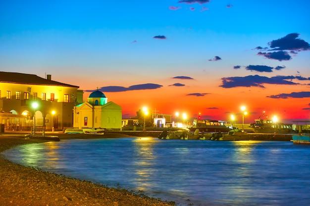 Zeedijk en oude haven van mykonos 's nachts, griekenland