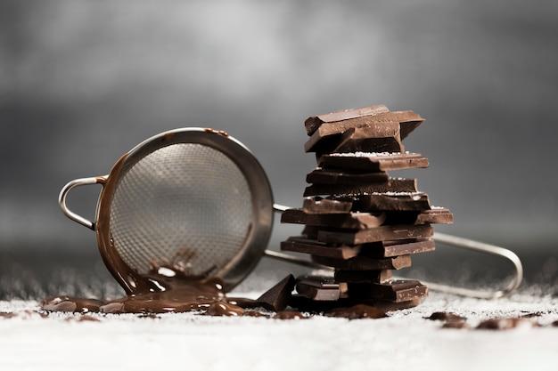 Zeef met gesmolten chocolade en suiker