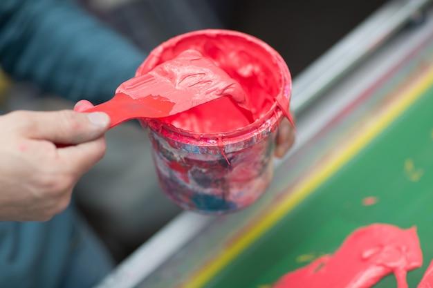 Zeefdruk. zeefdruk. kleur verven en stof. plastisol verf.