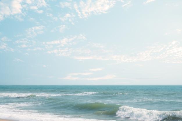 Zeegezicht - het strandachtergrond van het golfschuim in uitstekende aardstijl.