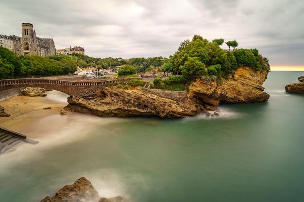 Zeegezicht in biarritz frankrijk in lange fotografische belichting. dramatische lucht. frankrijk.