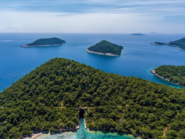 Zeegezicht kleine eilanden vanuit vogelperspectief. zeegezicht kleine eilanden.