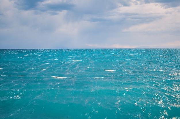 Zeegezicht met duidelijke horizonlijn en blauwe hemel