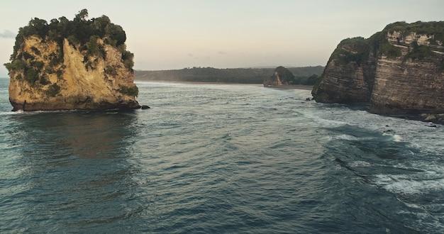 Zeegezicht met rotsen en zand kust luchtfoto