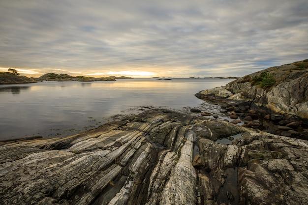 Zeegezicht met rotsen, zee en wolken. grimstad in noorwegen