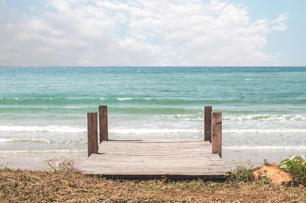 Zeegezicht onder blauwe wolkenhemel in de zomer en buitenlandschap uitzicht vanaf de pier