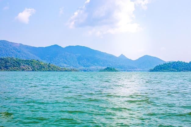 Zeegezicht op aziatische eilanden, groene heuvels aan de kust