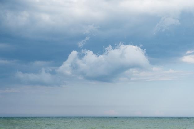 Zeegezicht op de donkere wolkenachtergrond vóór een onweersbui