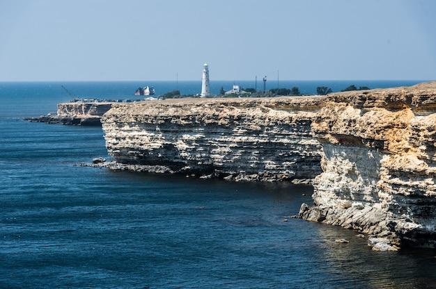 Zeegezicht, prachtig uitzicht op de rotswanden naar de zee, tarhankut, krim