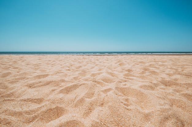 Zeegezicht van mooi tropisch strand met kalme hemel. uitzicht op zee en zandstrand, zomer achtergrond.