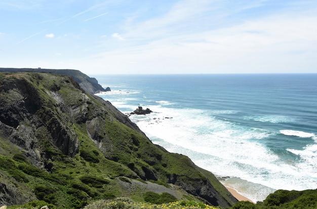 Zeegezicht vanuit het gezichtspunt van castelejo (fotoadres castelejo strand), vila do bispo, algarve, portugal
