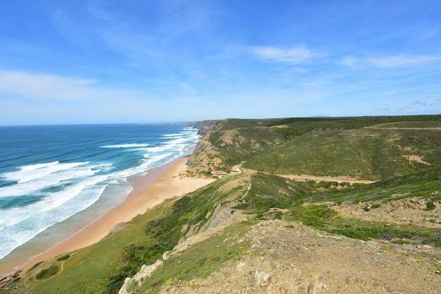 Zeegezicht vanuit het gezichtspunt van castelejo, (mening van cordoama-strand), vila do bispo, algarve, portugal