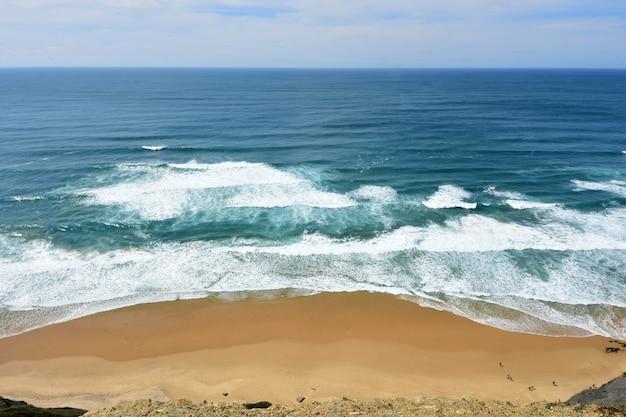 Zeegezicht vanuit het gezichtspunt van castelejo, (uitzicht op het strand van cordoama), vila do bispo, algarve, portugal