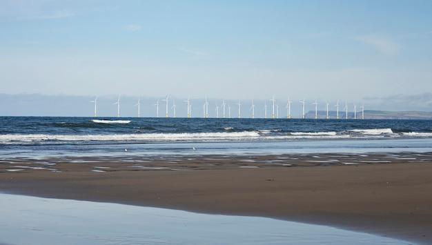 Zeegezicht windmolenpark in de oceaan, rij van drijvende windturbines, landscape offshore windturbines in middlebrough, verenigd koninkrijk