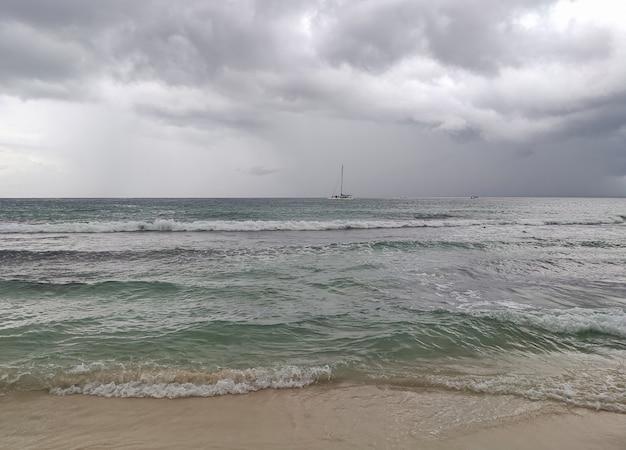 Zeegezichtpanorama met onweer in bayahibe, dominicaanse republiek