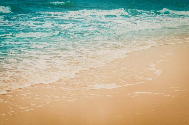 Zeegolf en strand met vintage toon.
