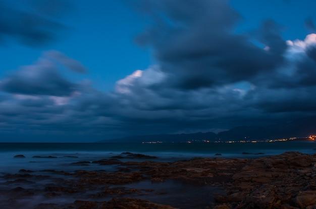 Zeegolven beuken op de rotsen aan de kust.