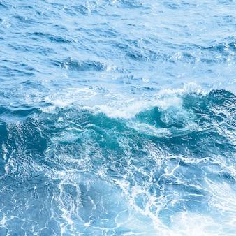 Zeegolven in de klassieke blauwe kleur van de trend van het jaar 2020