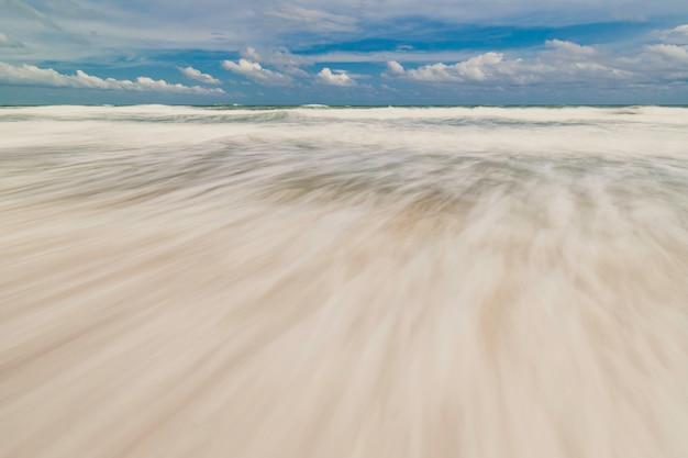 Zeegolven wimperlijnbeweging op het strand
