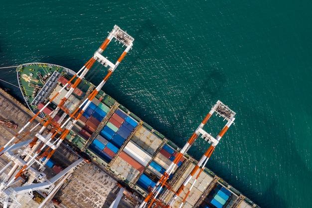 Zeehaven en verschepende vrachtcontainers die zakelijke diensten laden en lossen vervoer over zee