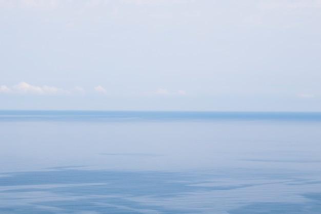 Zeehorizon, water en luchtachtergrond, blauw kleurenlandschap en uitzicht