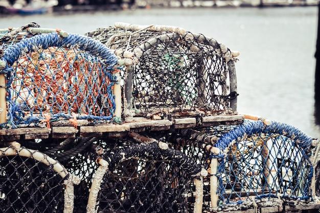 Zeekreeft en krabpottenvallen die op haven worden gestapeld.