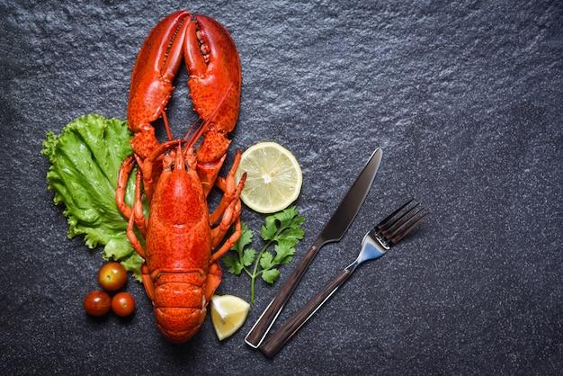 Zeekreeft garnalen zeevruchten met citroen kruiden en specerijen op donker