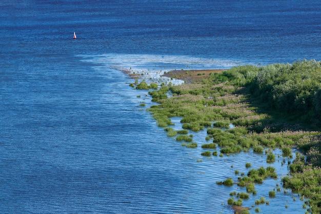 Zeekust eiland, luchtfoto bovenaanzicht. puur, schoon en kalm blauw water. dicht groen jungle-schiereiland