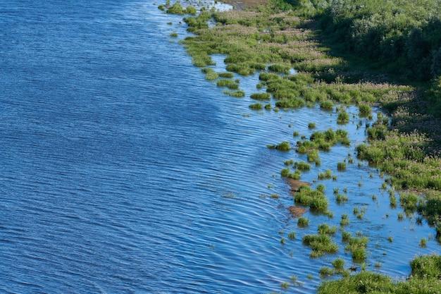 Zeekust eiland, luchtfoto bovenaanzicht. puur, schoon en kalm blauw water. maagdelijke natuur. dicht groen oerwoudschiereiland, exemplaarruimte.