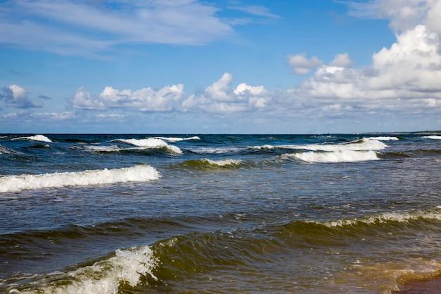 Zeekust met veel golven door winderig weer, oostzee in de zomer, koud winderig weer in augustus