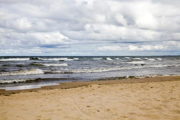 Zeekust met veel golven van winderig weer