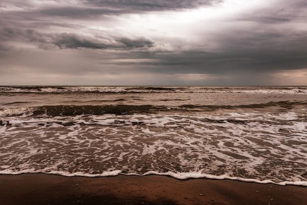 Zeekust op een bewolkte dag
