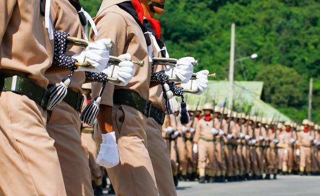 Zeelieden van de marine die van thailand in stap bij de jaarlijkse dagparade i van de republiek marcheren