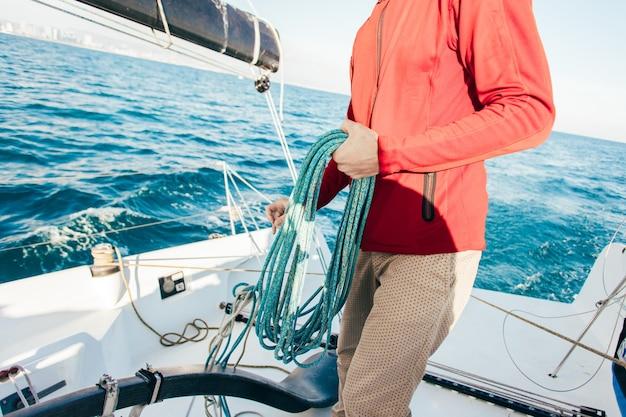 Zeeman bedient privéjacht in de jachthaven