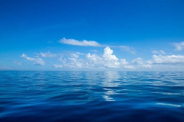 Zeeoppervlak met uitzicht op de horizon en kopie ruimte