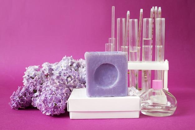 Zeep en lila bloemen achtergrond natuurlijke cosmetische concept huis laboratorium