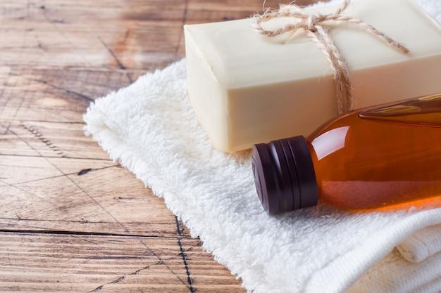 Zeep en massage olie en badstof handdoek.