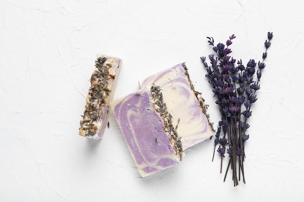 Zeep gemaakt van lavendel en boeket van lavendel