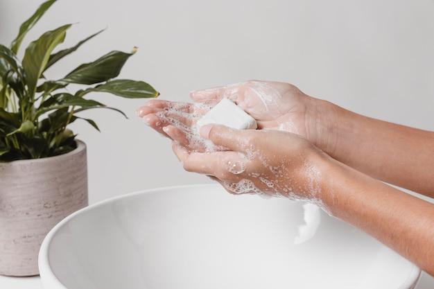 Zeep in de handen wrijven voor een goede poetsbeurt