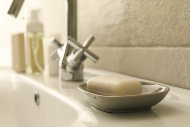 Zeepbakje met zeep in de wastafel in de badkamer
