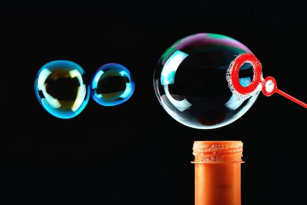 Zeepbellen op een zwarte achtergrond