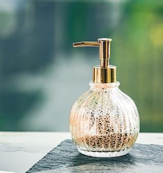 Zeepdispenser bij badkamer spa woondecoratie en interieur handcrème of antibacteriële vloeibare san ...
