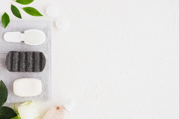 Zeepstaaf en gebruiksvoorwerpen op handdoek met exemplaarruimte