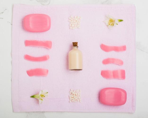 Zeepstaven en bloemen op handdoek