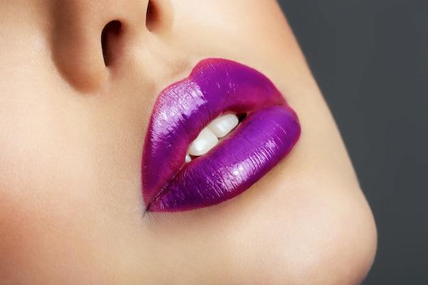 Zeer bebouwde mooie lippen van een jong meisje