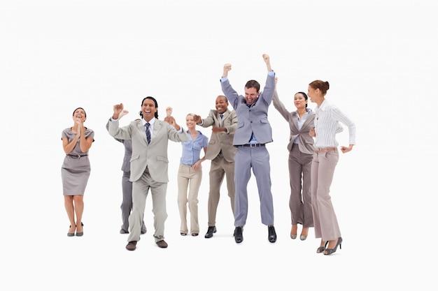 Zeer enthousiaste mensen springen en heffen hun armen